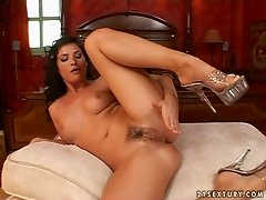 Lascivious Jessica Fiorentino masturbates on her all four and sucks a dildo