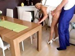 blonde  baise  dure avec l electricien  et finis en gros fac