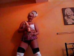 Gina-White liebt ihren Henstschwanzdildo