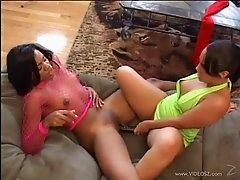 Sydnee Capri and Victoria share a dildo after ardent cunni